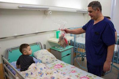 Альберт суфианов поздравил маленьких пациентов фцн с новогодними праздниками