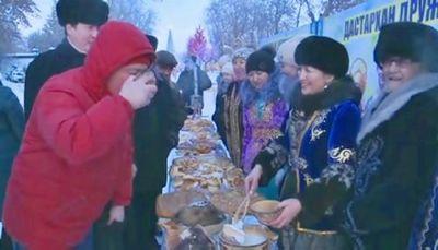 Баурсаками и пловом угощают в праздник петропавловцев