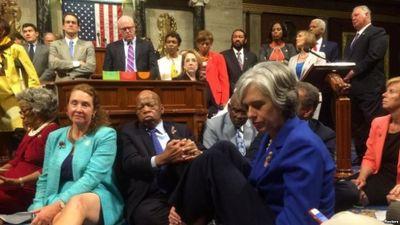 Депутаты-демократы устроили сидячую забастовку в конгрессе сша