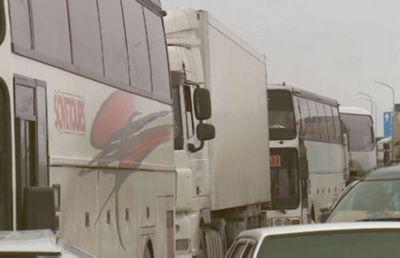 Десятки автомобилей ожидают открытия трассы алматы – ташкент