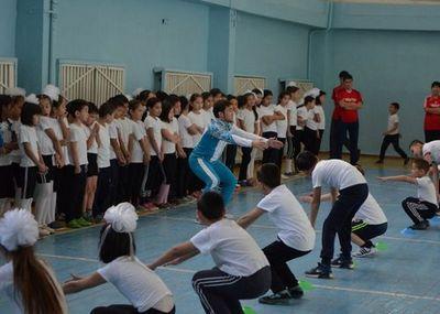 Елдос сметов провел урок физкультуры для школьников тараза