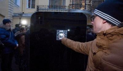 Гигантский памятник-iphone в честь стива джобса открыли в петербурге