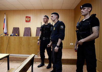 Экс-министр обороны дал показания в суде, защитив свою подчиненную
