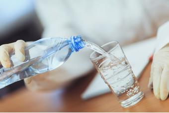 Какую воду лучше не покупать? росконтроль занес популярные марки воды в черный список