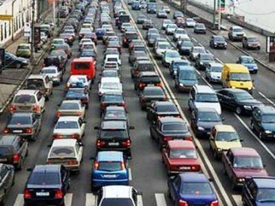 Каждый второй автовладелец ежедневно тратит час жизни на пробки
