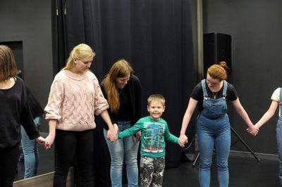 Маленькие тюменцы с ограниченными возможностями учатся общению в театре