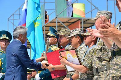 Министр обороны казахстана вручил награды победителям арми-2016