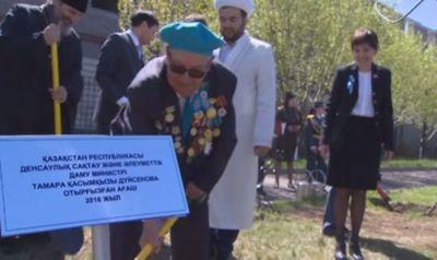 Министр здравоохранения рк вместе с ветераном посадила дерево