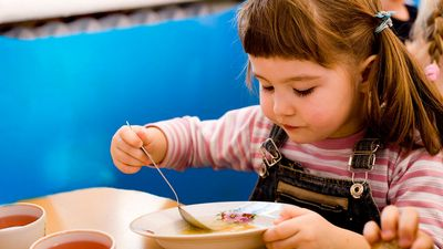 Московские родители возмущены отменой уплотненного полдника в детских садах