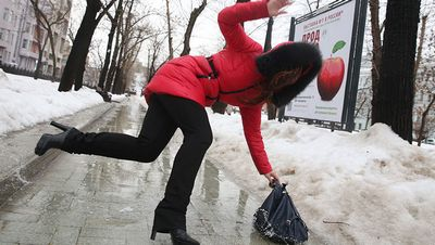 Может ли плитка на тротуарах москвы быть более скользкой, чем асфальт