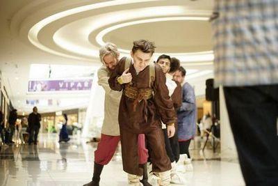 Посетителей тюменского торгового центра удивили бурлаки и барыня