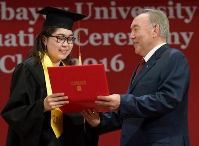 Президент казахстана вручил дипломы лучшим выпускникам назарбаев университета