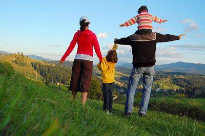 Приемные родители из сша везут детей в россию, чтобы показать тем родные места