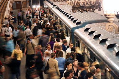 Работники московского метро требуют роста зарплат, а их руководство в ответ предлагает увеличить стоимость проезда
