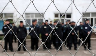 Российских заключенных будут воспитывать шутками и иронией