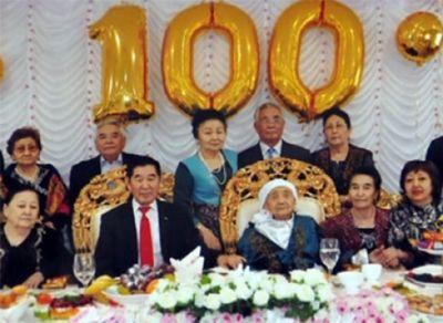 В атырау ветеран тыла отмечает 100-летний юбилей