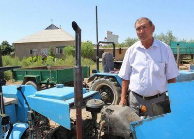 В юко пенсионер собирает сельхозтехнику из подручных материалов